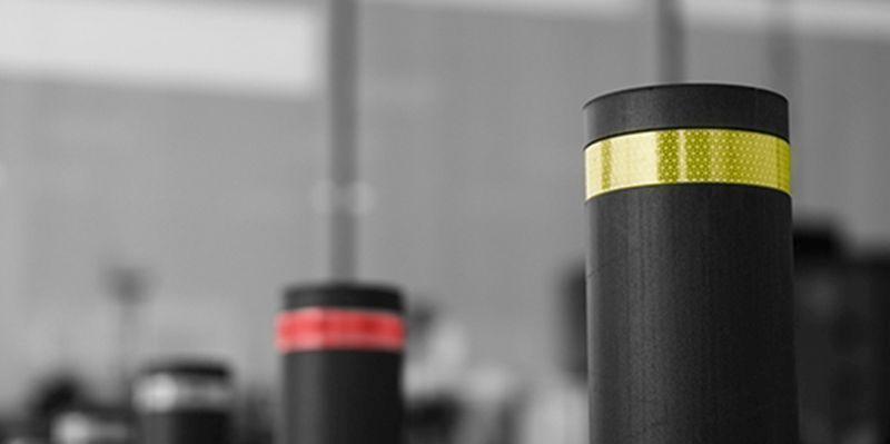Schwarze Poller mit VC170-Folie